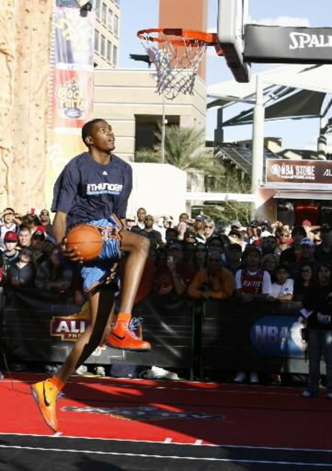 Oklahoma City Thunder's  Kevin  Durant competes for H-O-R-S-E game in Phoenix, on Saturday, Feb. 14, 2009. (AP Photo/The Arizona Republic,Nick Oza)