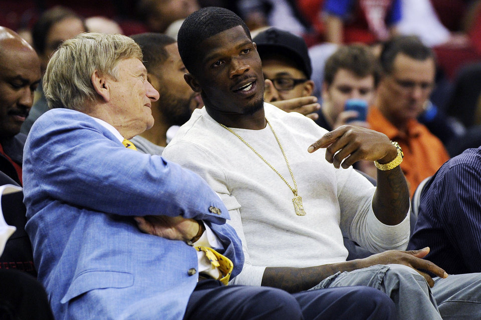 Photo -   Houston Texans wide receiver Andre Johnson, right, talks with local attorney Rusty Hardin in the first half of an NBA basketball game between the Houston Rockets and the Miami Heat, Monday, Nov. 12, 2012, in Houston. (AP Photo/Pat Sullivan)