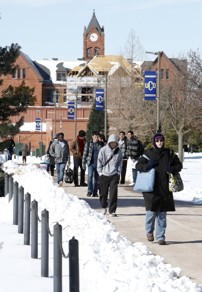 Photo - Students begin classes in the snow at the University of Central Oklahoma in Edmond, OK, Thursday, Feb. 10, 2011. By Paul Hellstern, The Oklahoman