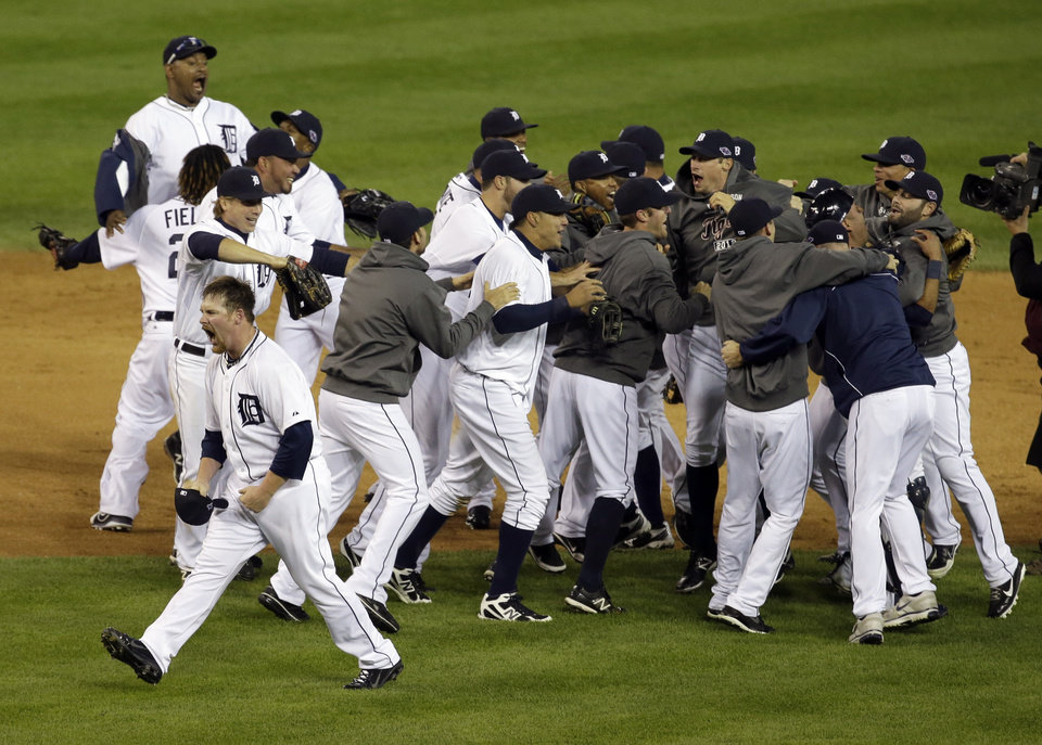 Photo -   The Detroit Tigers celebrate after winning Game 4 of the American League championship series against the New York Yankees Thursday, Oct. 18, 2012, in Detroit. The move on to the World Series. (AP Photo/Darron Cummings)