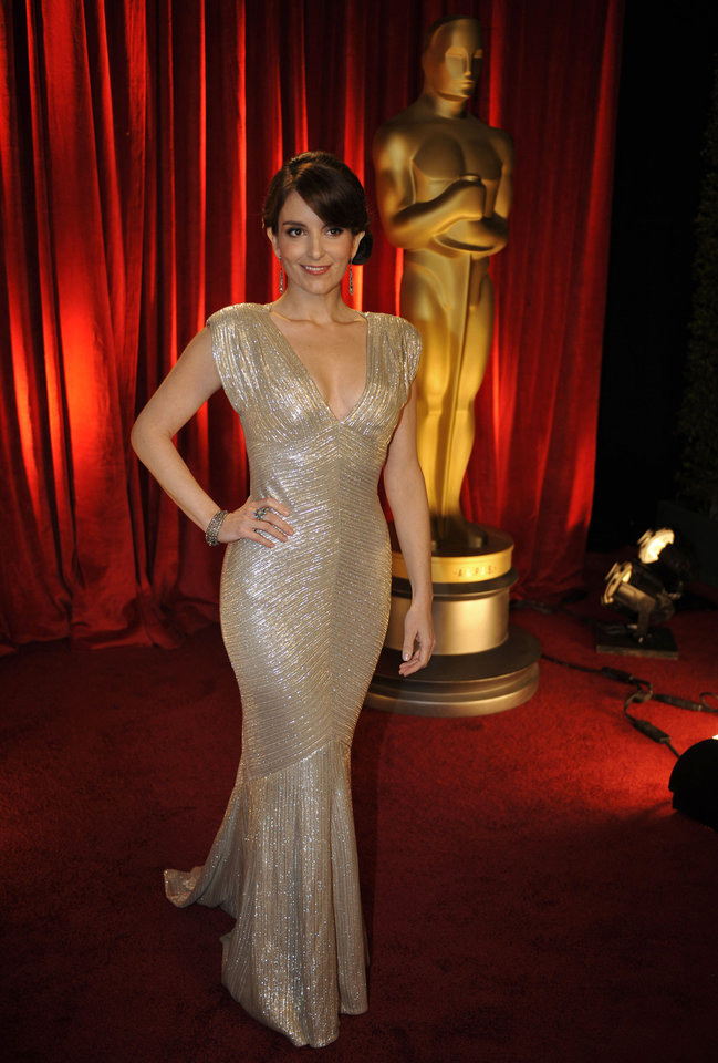 Photo - ** LINDA MILLER'S COMMENTARY:     She rocked it.  ** Tina Fey arrives at the 81st Academy Awards Sunday, Feb. 22, 2009, in the Hollywood section of Los Angeles. (AP Photo/Chris Carlson) ORG XMIT: CADC145
