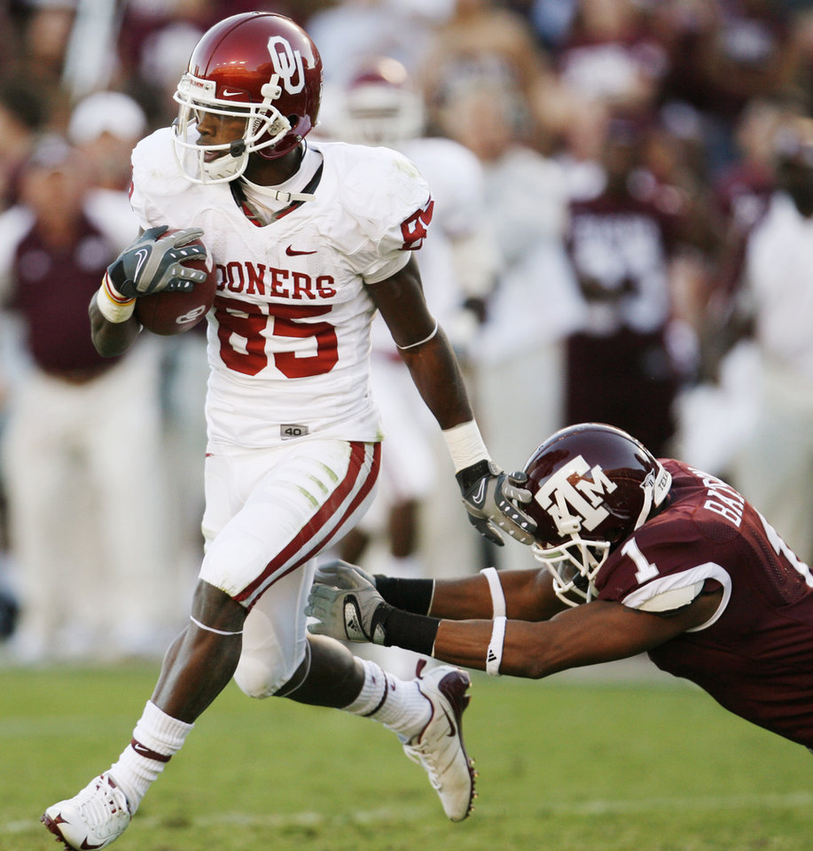Photo - OU's Ryan Broyles gets away from Johnathan Batson of Texas A&M in the second quarter during the college football game between the University of Oklahoma (OU) and Texas A&M University (TAMU) at Kyle Field in College Station, Texas, Saturday, Nov. 8, 2008. BY NATE BILLINGS, THE OKLAHOMAN