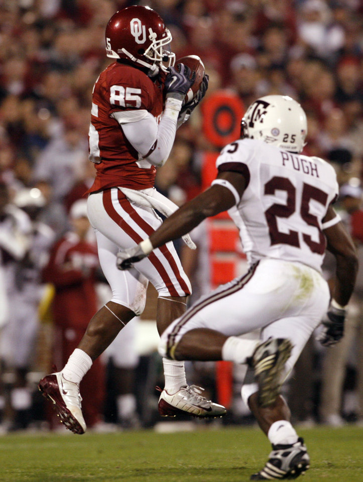Photo - Ryan Broyles catches a pass during the first half of the college football game between the University of Oklahoma Sooners (OU) and the Texas A&M at the Gaylord Familiy-Oklahoma Memorial Stadium on Saturday, Oct. 31, 2009, in Norman, Okla.