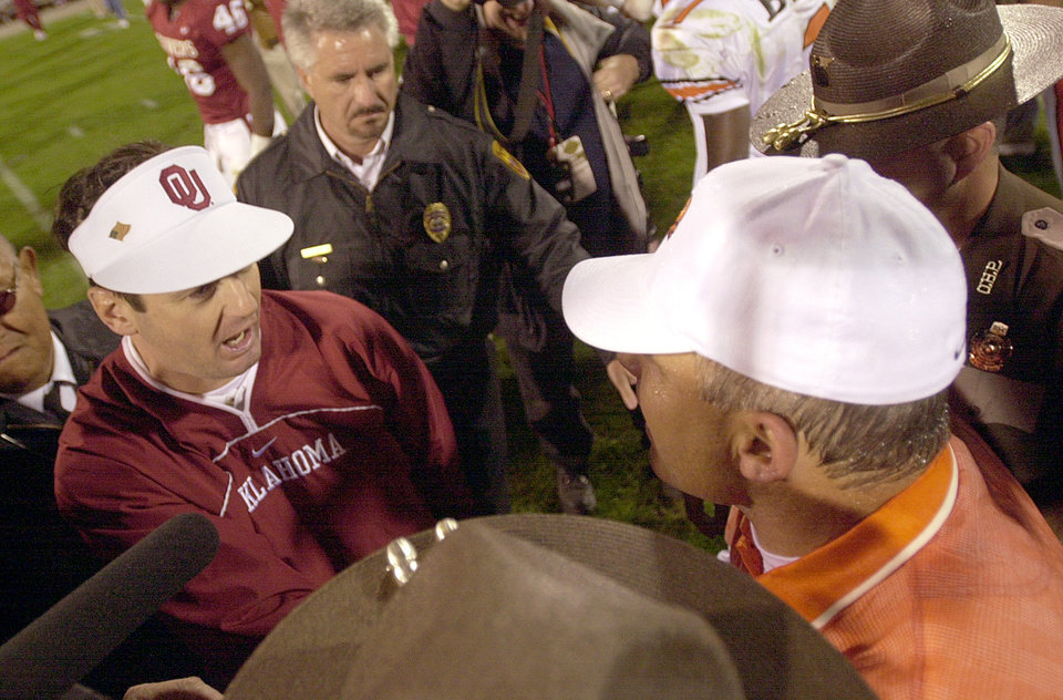Photo - BEDLAM, UNIVERSITY OF OKLAHOMA VS OKLAHOMA STATE UNIVERSITY, COLLEGE FOOTBALL IN NORMAN, OKLA., SATURDAY, NOV. 24, 2001. OU head coach Bob Stoops congratulates OSU head coach Les Miles on OSU's 16-13 win. Staff photo by Nate Billings.
