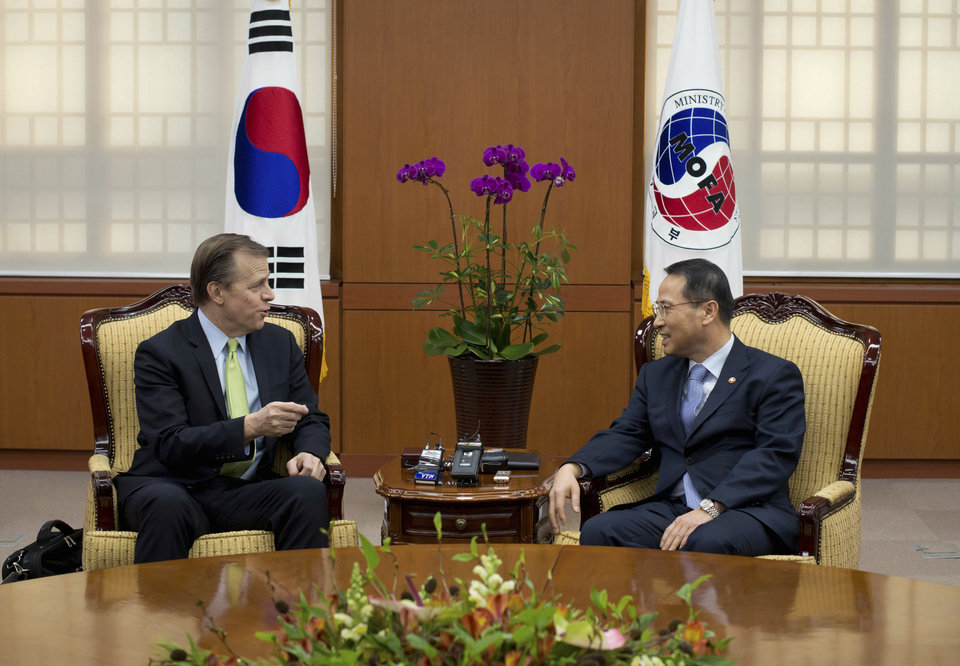 Photo - U.S. Special Representative for North Korea Policy Glyn Davies, left, talks with South Korean Vice Minister of Foreign Affairs Kim Kyou-hyun, right, during their meeting at the Foreign Ministry in Seoul, Wednesday, Jan. 29, 2014. (AP Photo/Ed Jones, Pool)