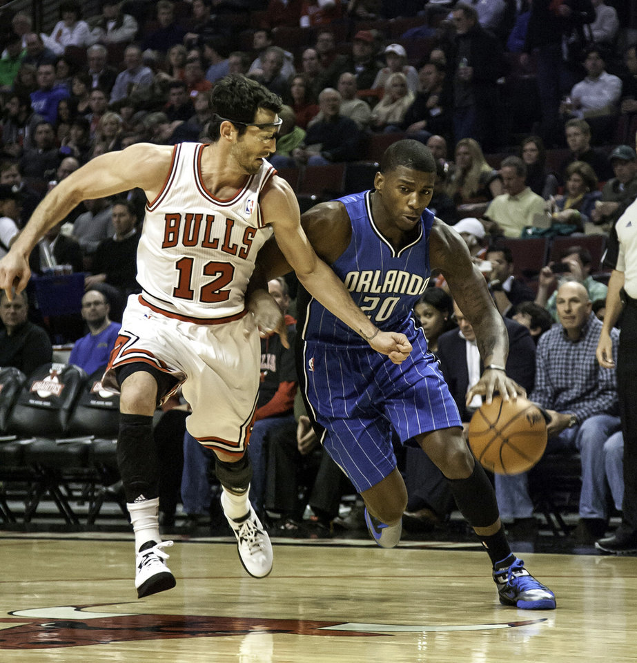Photo -   Chicago Bulls' Kirk Hinrich, left, tries to keep up with Orlando Magic's DeQuan Jones during the first quarter of an NBA basketball game in Chicago on Tuesday, Nov. 6, 2012. (AP Photo/Charles Cherney)