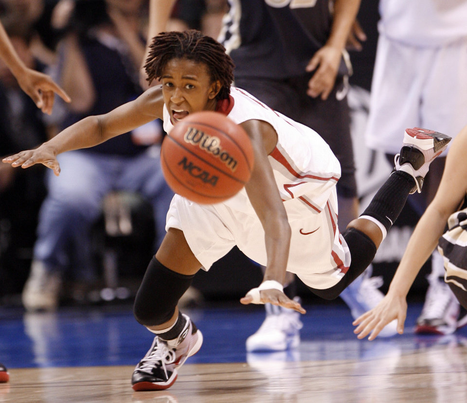 Photo - Danielle Robinson eyes a loose ball in the second half as the University of Oklahoma (OU) plays Purdue in the NCAA women's basketball regional tournament finals at the Ford Center in Oklahoma City, Okla., on Tuesday, March 31, 2009.  Photo by Steve Sisney, The Oklahoman