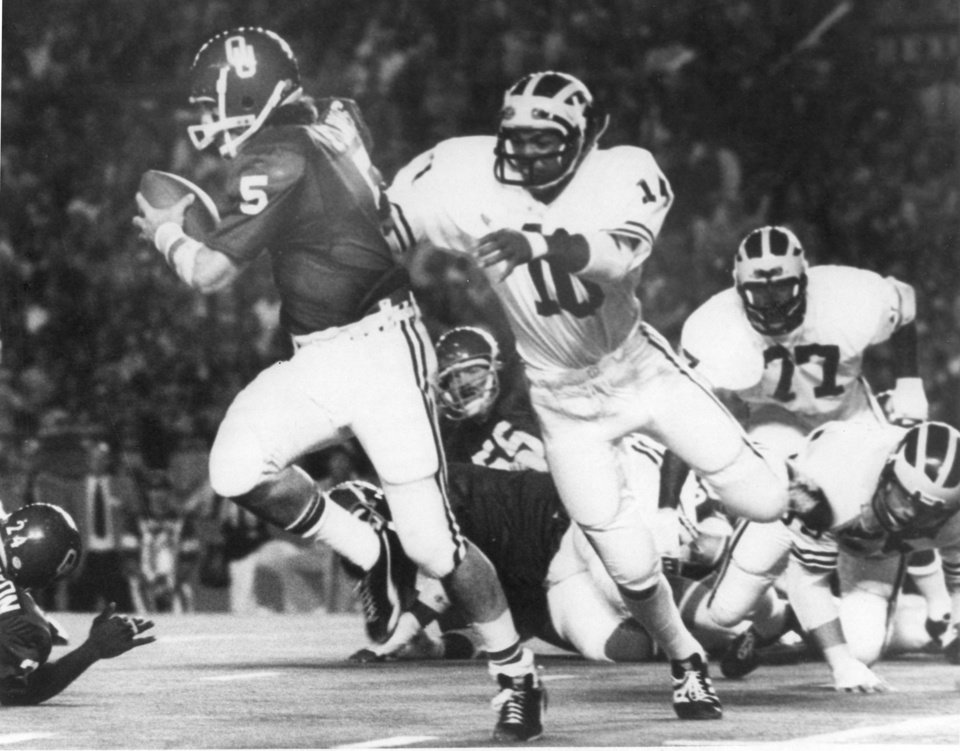 Photo - OU football player Steve Davis in action during the 1975 Orange Bowl. OKLAHOMAN ARCHIVE PHOTO