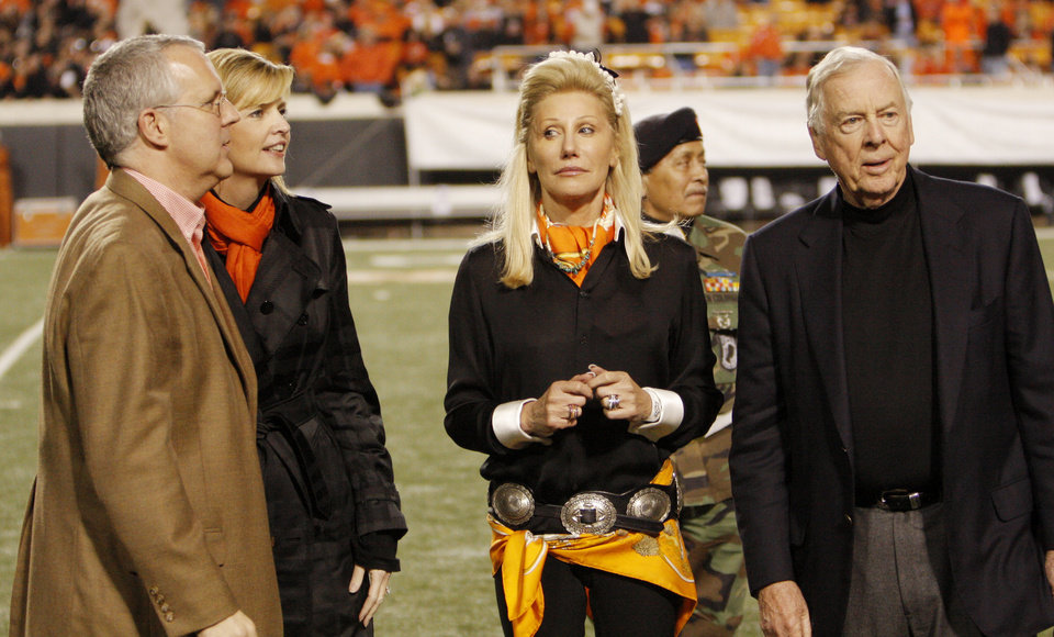 Photo - Oklahoma Gov. Brad Henry and his wife Kim Henry at halftime with Madeleine and Boone Pickens during the college football game between the Oklahoma State University Cowboys (OSU) and the University of Texas Longhorns (UT) at Boone Pickens Stadium in Stillwater, Okla., Saturday, Oct. 31, 2009. Photo by Doug Hoke, The Oklahoman