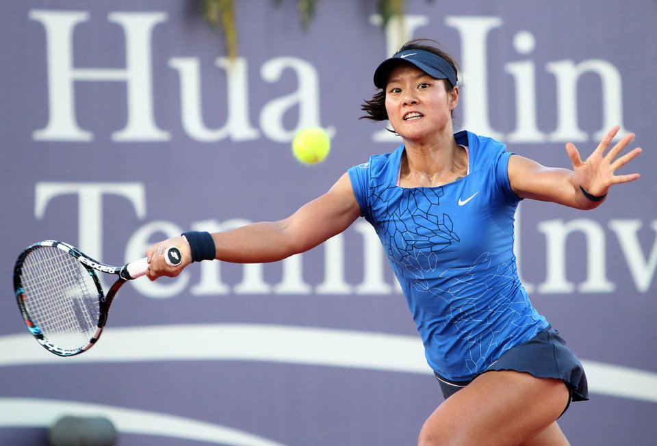 Photo - In this photo released by BEC Tero, Li Na of China returns a shot during a tennis invitation match against Victoria Azarenka of Belarus in Hua Hin, southern Thailand Saturday, Dec. 29, 2012. (AP Photo/BEC Tero) EDITORIAL USE ONLY