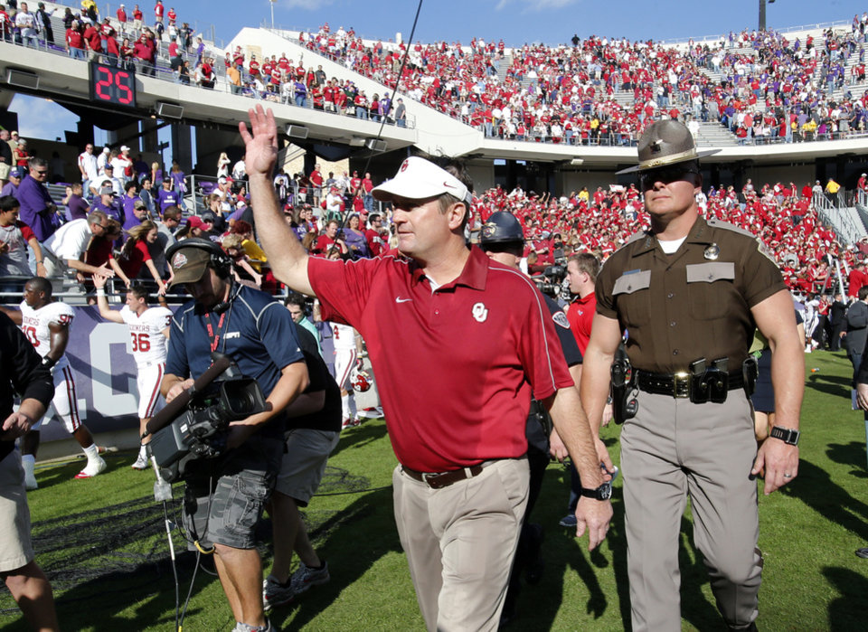 Photo - Head coach Bob Stoops waves to the crowd after the college football game where the University of Oklahoma Sooners (OU) defeated the Texas Christian University Horned Frogs (TCU) 24-17 at Amon G. Carter Stadium in Fort Worth, Texas, on Saturday, Dec. 1, 2012. Photo by Steve Sisney, The Oklahoman