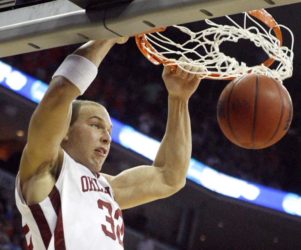 Photo - NCAA TOURNAMENT / COLLEGE BASKETBALL / SWEET 16 / SWEET SIXTEEN / UNIVERSITY OF OKLAHOMA / OU / DUNK: Oklahoma's Taylor Griffin dunks the ball against Syracuse during the second half of the NCAA Men's Basketball Regional at the FedEx Forum on Friday, March 27, 2009, in Memphis, Tenn.  PHOTO BY CHRIS LANDSBERGER, THE OKLAHOMAN  ORG XMIT: KOD