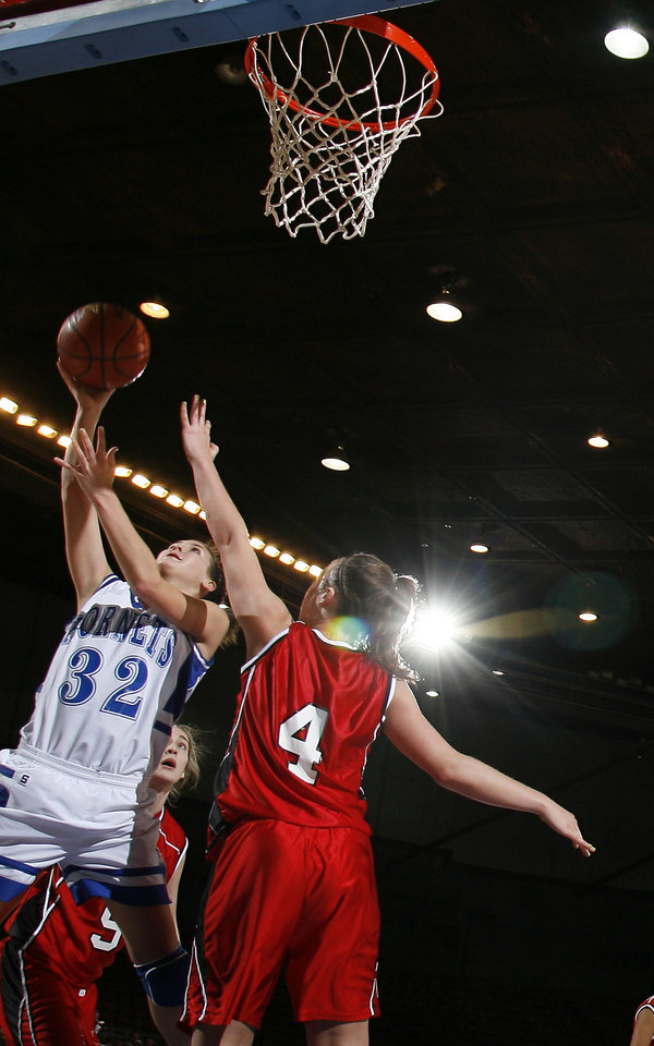 Photo - Vinita's Caitlyn Spurgeon (32) shoots over Ft. Gibson's Nana Wallace (4) during girls 4A semifinal between Fort Gibson and Vinita at the State Fair Arena, Friday, March 13, 2009, in Oklahoma City. PHOTO BY SARAH PHIPPS, THE OKLAHOMAN