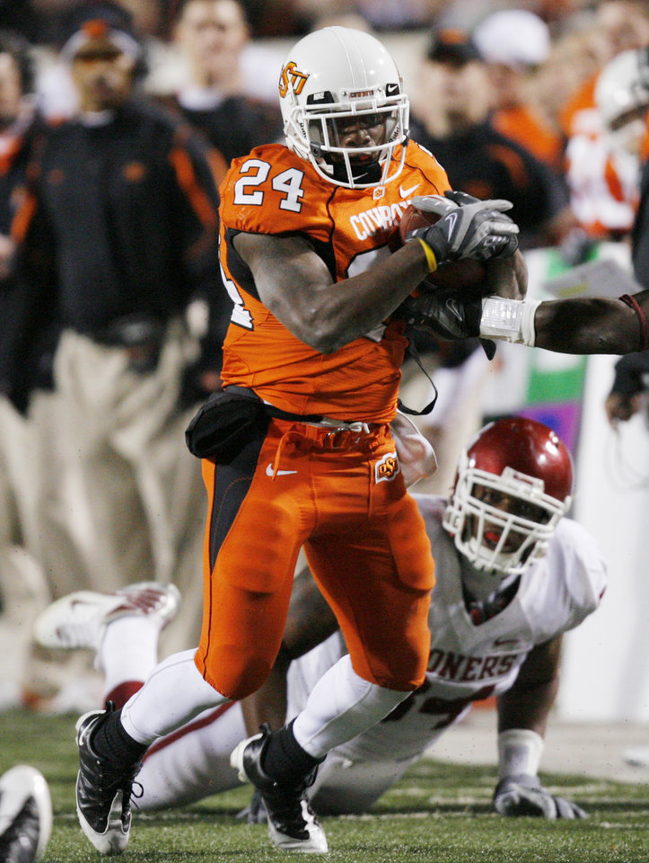 Photo - OSU's Kendall Hunter carries the ball during the first half of the college football game between the University of Oklahoma Sooners (OU) and Oklahoma State University Cowboys (OSU) at Boone Pickens Stadium on Saturday, Nov. 29, 2008, in Stillwater, Okla. STAFF PHOTO BY CHRIS LANDSBERGER