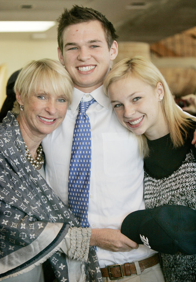 Photo - Turner Petersen (middle) with mom Nancy Petersen and sister Berkley, 15,  after the signing ceremony to play for Rice in Houston, Tx. at Heritage Hall Wed. Feb. 4, 2009. BY JACONNA AGUIRRE, THE OKLAHOMAN.