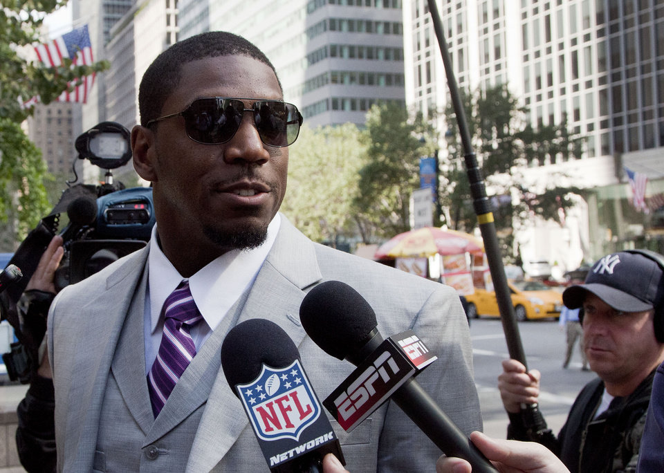 Photo -   New Orleans Saints linebacker Jonathan Vilma arrives at the National Football League's headquarters, Monday, June 18, 2012 in New York. Vilma and three other players are appealing their suspensions for their role in the Saints bounty program. (AP Photo/Mark Lennihan)