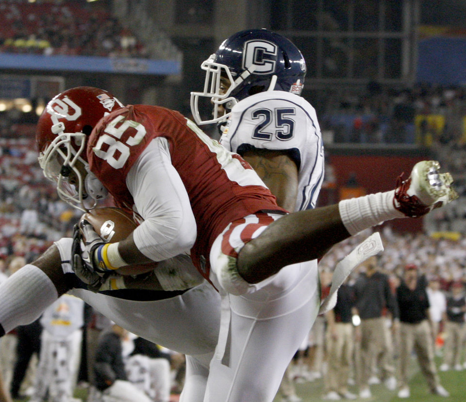 Photo - Oklahoma's Ryan Broyles (85) catches a touchdown pass in front of Connecticut's Harris Agbor (25) during the Fiesta Bowl college football game between the University of Oklahoma Sooners and the University of Connecticut Huskies in Glendale, Ariz., at the University of Phoenix Stadium on Saturday, Jan. 1, 2011.  Photo by Bryan Terry, The Oklahoman