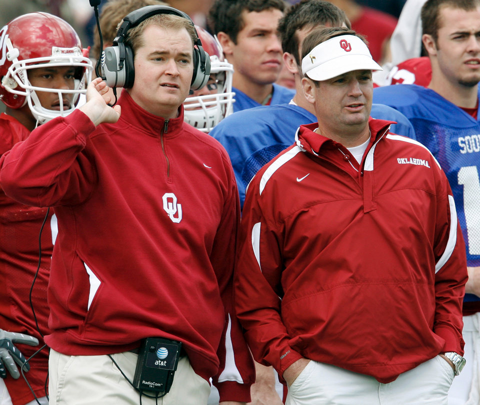 Photo - OU, SPRING FOOTBALL, COLLEGE FOOTBALL: Josh Heupel and Bob Stoops confer on the sidelines during the University of Oklahoma Red and White Football game at Gaylord Family -- Oklahoma Memorial Stadium in Norman, Oklahoma on Saturday, April 12, 2008.    BY STEVE SISNEY, THE OKLAHOMAN    ORG XMIT: KOD