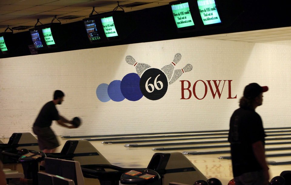 Photo - BOWLING ALLEY / 50 / 50TH ANNIVERSARY: 66 Bowl in Oklahoma City, Wednesday, August 26, 2009. Photo by Bryan Terry, The Oklahoman ORG XMIT: KOD