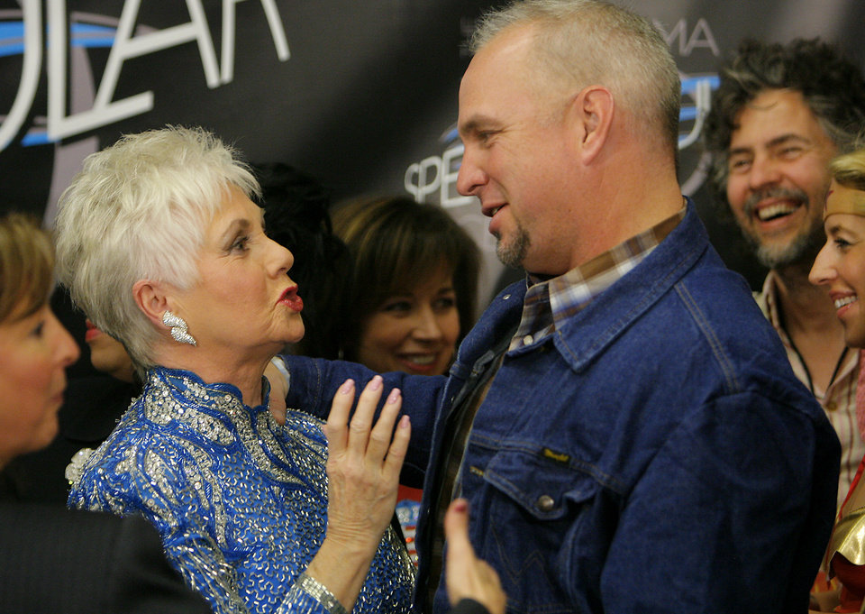 Photo - Shirley Jones and Garth Brooks share a laugh in the press conference during the Centennial Spectacular to celebrate the 100th birthday of the State of Oklahoma at the Ford Center on Friday, Nov. 16, 2007, in Oklahoma City, Okla. Photo By CHRIS LANDSBERGER, The Oklahoman