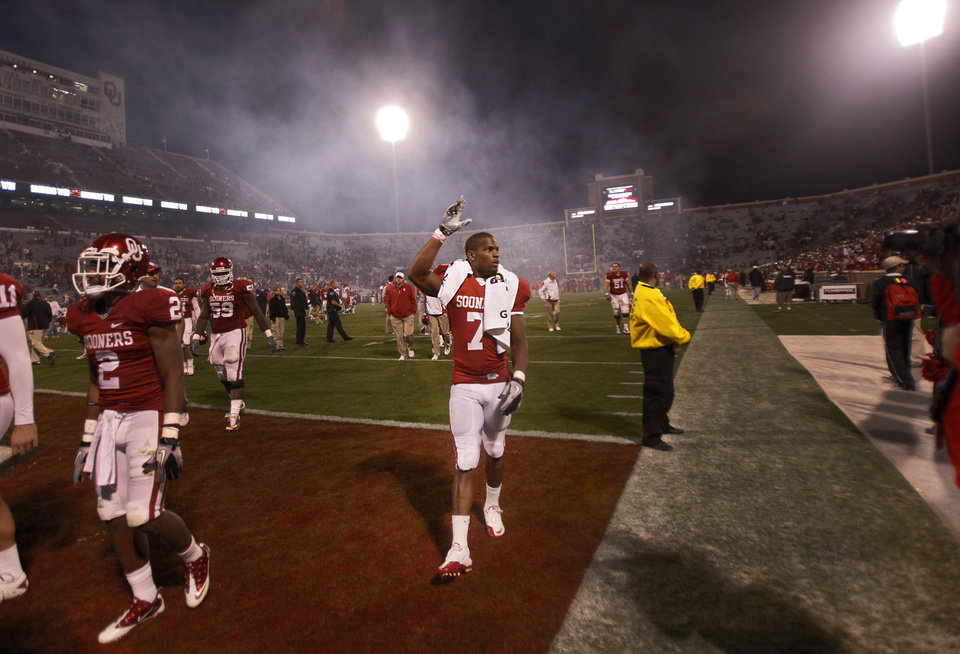 Photo - Oklahoma's DeMarco Murray (7) waves to the fans as the walks off the field after his final home game for the Sooners in the college football game between the University of Oklahoma Sooners (OU) and the Texas Tech Red Raiders (TTU) at the Gaylord Family Memorial Stadium on Saturday, Nov. 13, 2010, in Norman, Okla.  Photo by Chris Landsberger, The Oklahoman