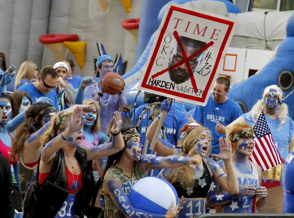 Photo - Mavericks fans cheer outside the arena before game 5 of the Western Conference Finals in the NBA basketball playoffs between the Dallas Mavericks and the Oklahoma City Thunder at American Airlines Center in Dallas, Wednesday, May 25, 2011. Photo by Bryan Terry, The Oklahoman