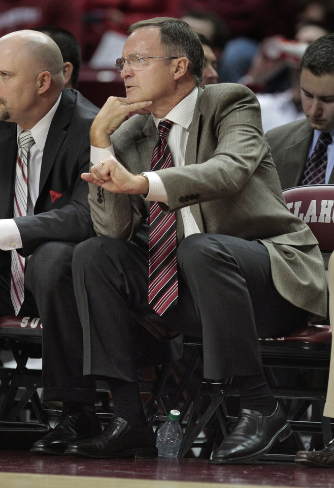 Photo - Sooner head coach Lon Kruger gestures in the second half as the University of Oklahoma (OU) Sooners defeat the South Carolina State Bulldogs 83-48 in men's college basketball at the Lloyd Noble Center on Wednesday, Dec. 21, 2011, in Norman, Okla.  Photo by Steve Sisney, The Oklahoman