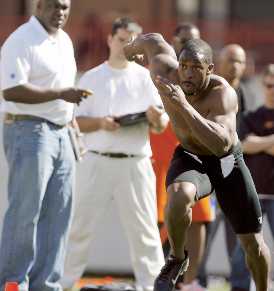 Photo - OSU, NFL FOOTBALL, PRO, PROFESSIONAL TESTING DAY: Running back Dantrell Savage runs during the shuttle run during Oklahoma State University football Pro Day in Stillwater, Okla., Wednesday, March 12, 2008. BY MATT STRASEN, THE OKLAHOMAN ORG XMIT: KOD