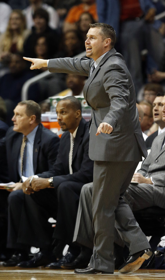 Photo - Memphis Grizzliescoach David Joerger talks to his players from the sideline in the second half of an NBA basketball game against the Atlanta Hawks on Saturday, Feb. 8, 2014, in Atlanta.  Memphis won 79-76. (AP Photo/John Bazemore)
