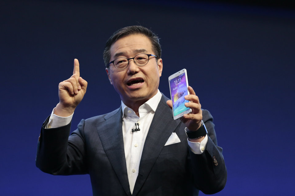 Photo - DJ Lee,  Executive Vice President of Samsung,  presents a Samsung Galaxy Note 4 during his keynote at an unpacked event of Samsung ahead of the consumer electronic fair IFA in Berlin, Wednesday, Sept. 3, 2014. (AP Photo/Markus Schreiber)