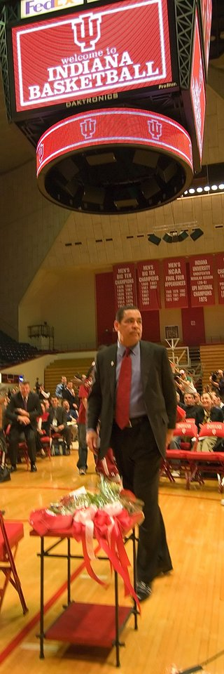 Photo - Indiana University's new college basketball coach, former University of Oklahoma (OU) head coach Kelvin Sampson, is introduced to media and fans on the floor of the court Wednesday, March 29, 2006. By David Snodgress, Herald-Times