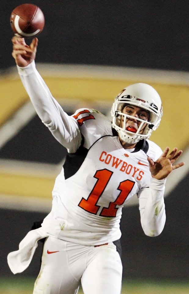 Photo - OSu quarterback Zac Robinson passes in the third quarter during the college football game between Oklahoma State University and University of Colorado at Folsom Field in Boulder, Colo., Saturday, Nov. 15, 2008. OSU won, 30-17. BY NATE BILLINGS, THE OKLAHOMAN