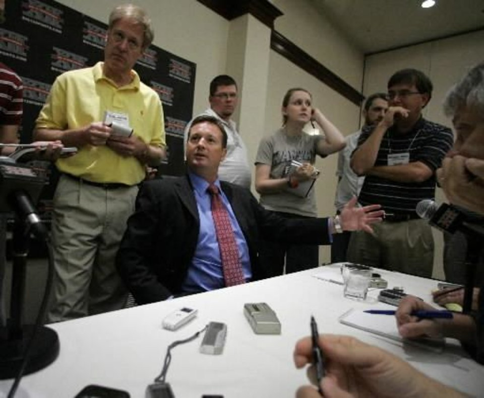Photo - Bob Stoops addresses members of the media during Big 12 Media Day in Irving, Texas, today. AP Photo