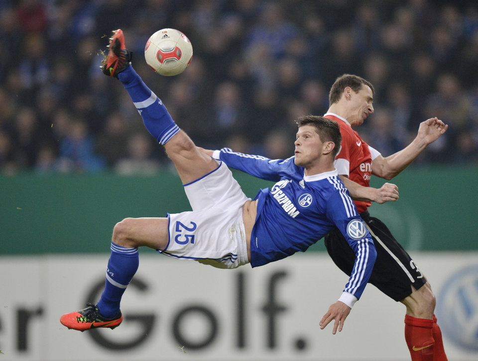 Schalke's Klaas-Jan Huntelaar of the Netherlands performs a bicycle kick during the German soccer cup match between FC Schalke 04 and FSV Mainz 05 in Gelsenkirchen Tuesday, Dec. 18, 2012. (AP Photo/Martin Meissner)