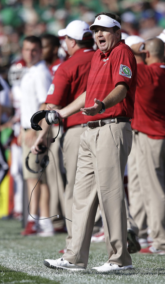 Photo - Oklahoma head coach Bob Stoops questions a call during the first half of an NCAA college football game against Notre Dame, Saturday, Sept. 28, 2013, in South Bend, Ind. (AP Photo/Darron Cummings)  ORG XMIT: INDC112