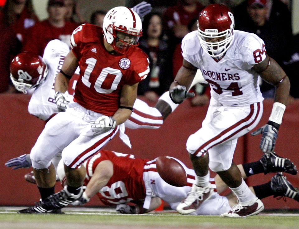 Photo - Oklahoma's Frank Alexander (84) goes after a fumble by Nebraska's Roy Helu Jr. (10) during the first half of the college football game between the University of Oklahoma Sooners (OU) and the University of Nebraska Cornhuskers (NU) on Saturday, Nov. 7, 2009, in Lincoln, Neb.