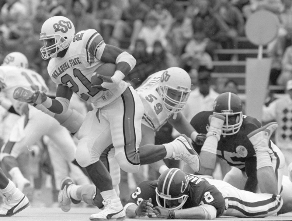 Photo - COWBOYS /  OKLAHOMA STATE UNIVERSITY, COLLEGE FOOTBALL, OSU: 10/29/1988-Barry Sanders runs on his way to a 320-yard game against Kansas State. Staff photo by Jim Argo.