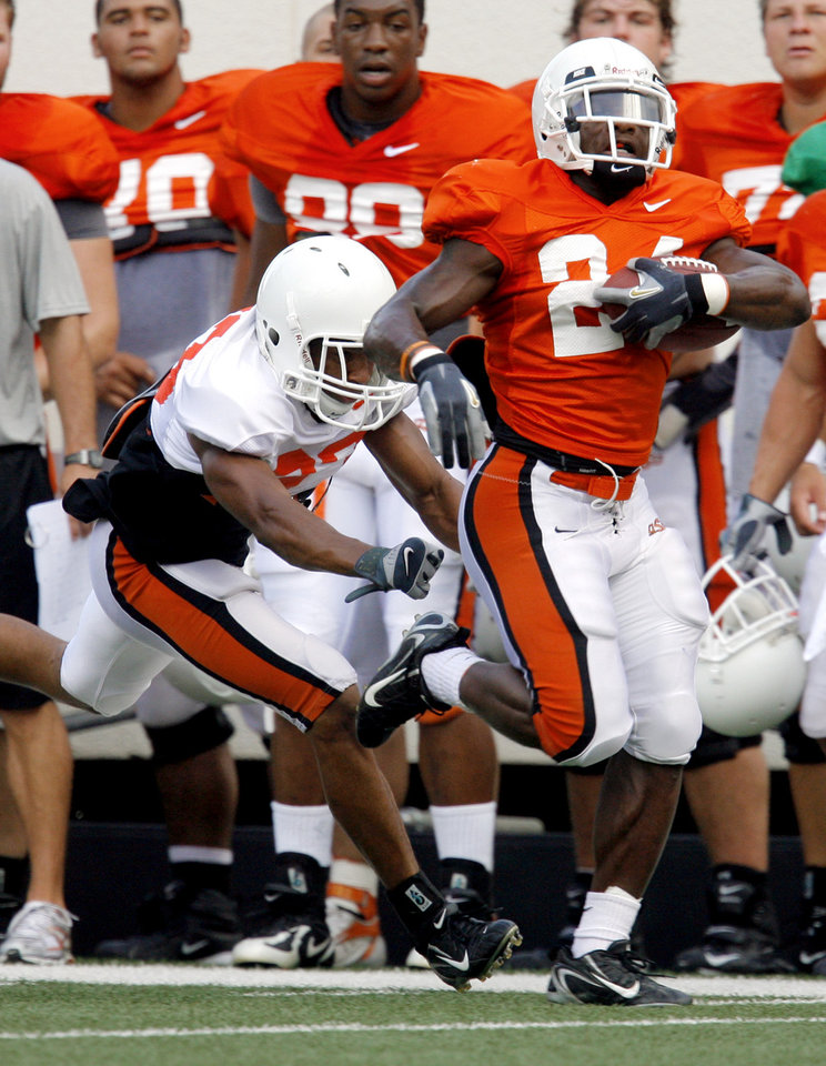 Photo - OSU COLLEGE FOOTBALL: Terrance Anderson tries to tackle Kendall Hunter along the sidelines during the Oklahoma State University football scrimmage at Boone Pickens Stadium in Stillwater, Okla., Saturday, August 9, 2008. BY MATT STRASEN, THE OKLAHOMAN ORG XMIT: KOD