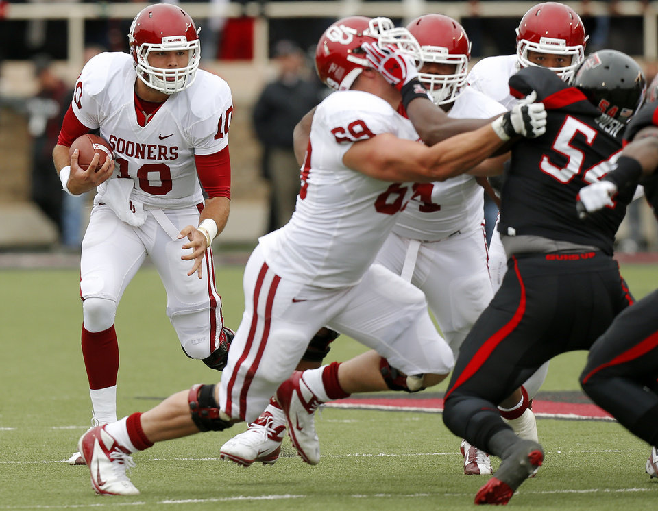 Photo - Oklahoma's Blake Bell (10) runs the ball during a college football game between the University of Oklahoma (OU) and Texas Tech University at Jones AT&T Stadium in Lubbock, Texas, Saturday, Oct. 6, 2012. Oklahoma won 41-20. Photo by Bryan Terry, The Oklahoman