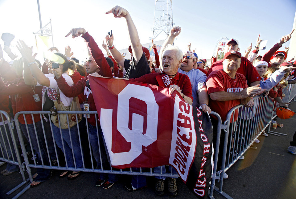 Photo - Sooner fans cheer as the team bus arrives during the Red River Rivalry college football game between the University of Oklahoma Sooners (OU) and the University of Texas Longhorns (UT) at the Cotton Bowl in Dallas, Texas, Saturday, Oct. 17, 2009. Photo by Chris Landsberger, The Oklahoman