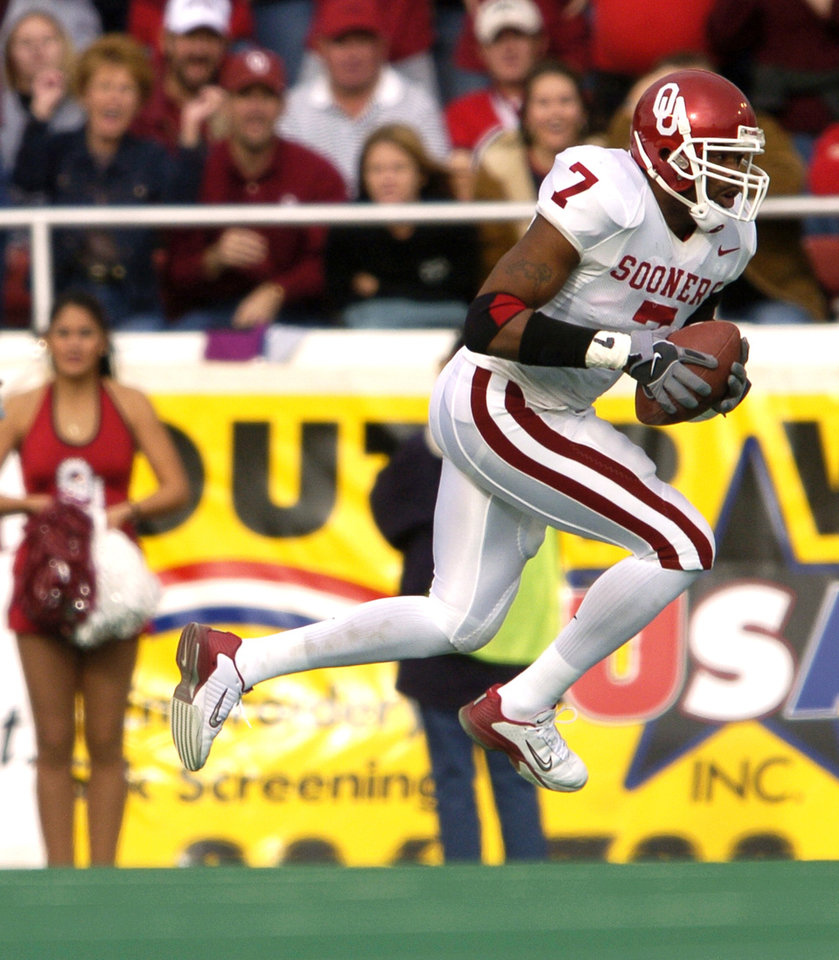 Photo - The University of Oklahoma against Texas Tech college football, Saturday, November 22, 2003.  OU's Brandon Everage runs after an interception in the first quarter.  Staff photo by Bryan Terry