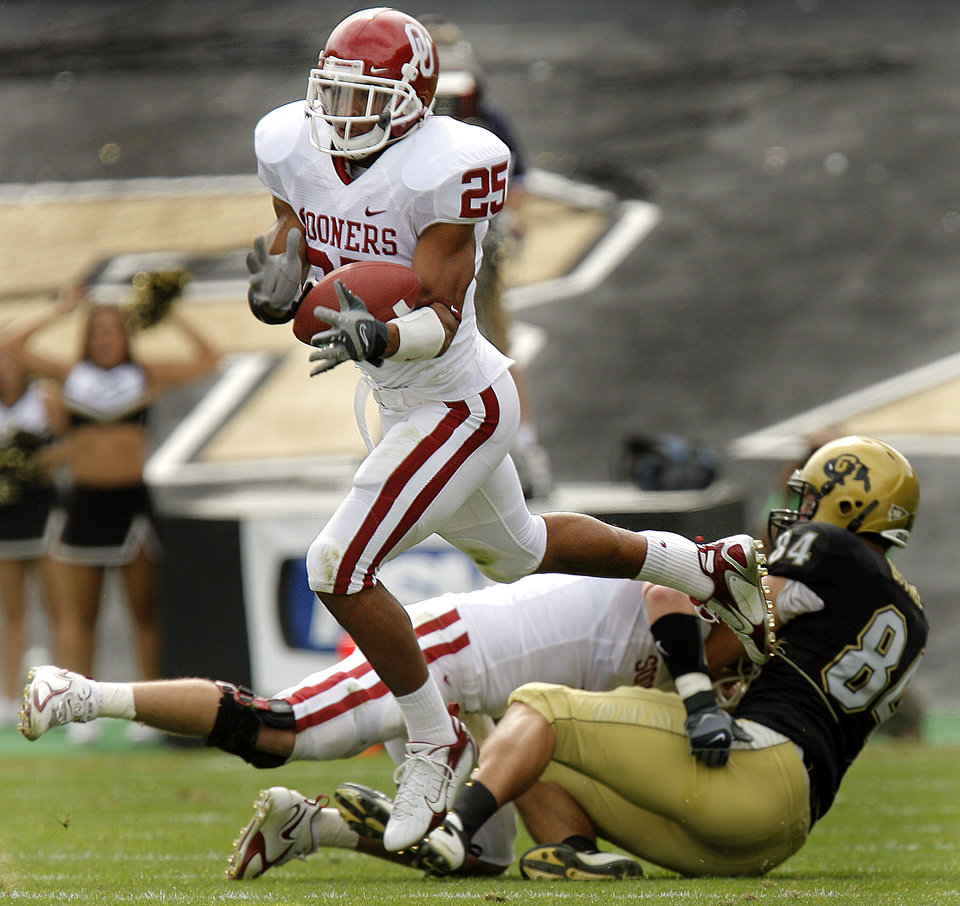 Photo - Oklahoma's D.J. Wolfe (25) pulls in an interception against Colorado during the first half of the college football game between the University of Oklahoma Sooners (OU) and the University of Colorado Buffaloes (CU) at Folsom Field in Boulder, Co., on Saturday, Sept. 28, 2007. 