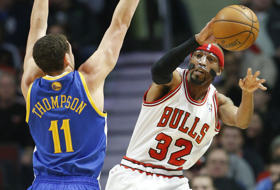 Chicago Bulls guard Richard Hamilton, right, passes against Golden State Warriors  guard Klay Thompson during the first half of an NBA basketball game in Chicago on Friday, Jan. 25, 2013. (AP Photo/Nam Y. Huh)