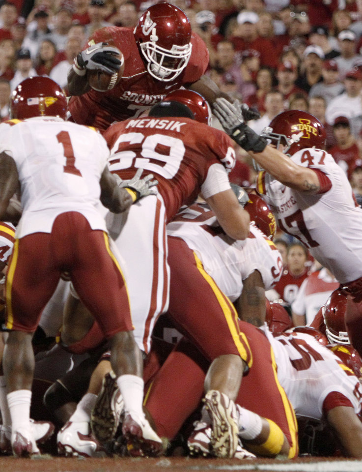 Photo - OU's DeMarco Murray scores a touchdown during the first half of the college football game between the University of Oklahoma Sooners (OU) and the Iowa State Cyclones (ISU) at the Glaylord Family-Oklahoma Memorial Stadium on Saturday, Oct. 16, 2010, in Norman, Okla.   Photo by Bryan Terry, The Oklahoman