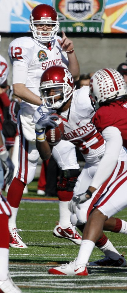 Photo - Landry Jones watches as receiver Ryan Broyles catches a pass during the first half of the Brut Sun Bowl college football game between the University of Oklahoma Sooners (OU) and the Stanford University Cardinal on Thursday, Dec. 31, 2009, in El Paso, Tex.   Photo by Steve Sisney, The Oklahoman