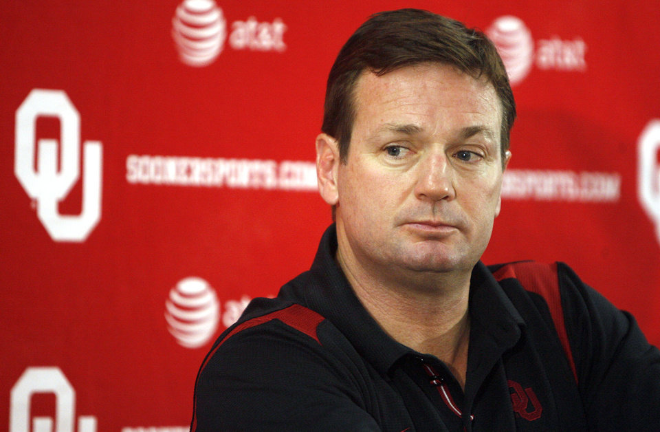 Photo - OU college football head coach Bob Stoops speaks at a press conference at the University of Oklahoma in Norman, Okla., Sunday, Dec. 7, 2008. STAFF PHOTO BY SARAH PHIPPS  ORG XMIT: KOD