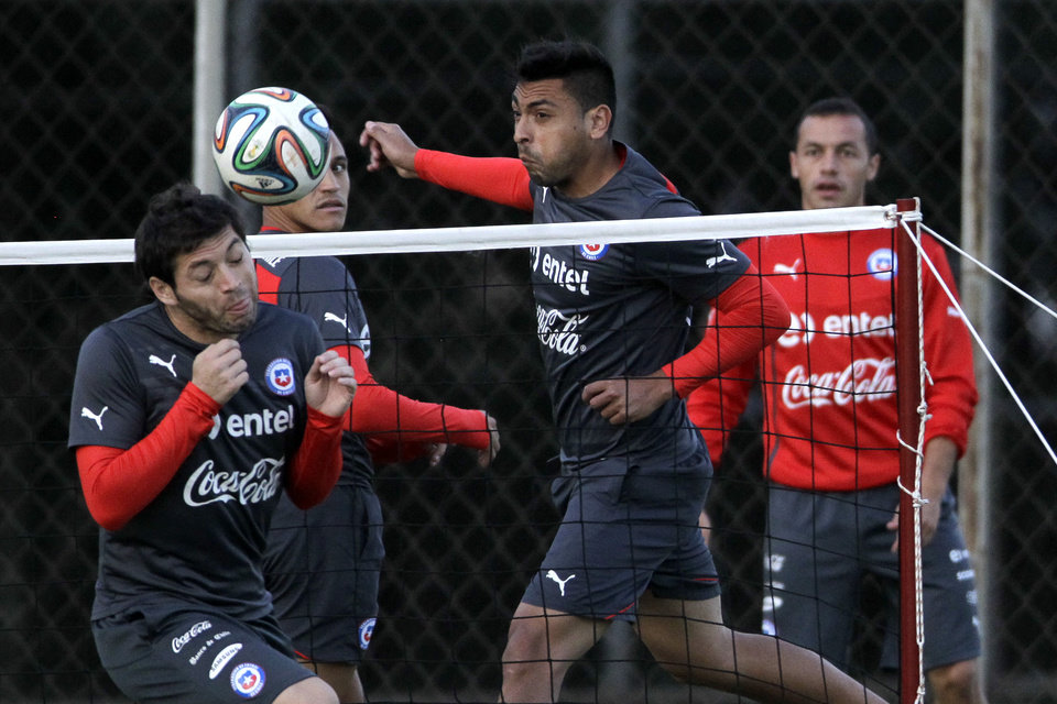 Photo - Chile's Jose Rojas, from left to right, Alexis Sanchez, Gonzalo Jara and Marcelo Diaz, practice during a training session at Toca da Raposa Center, in Belo Horizonte, Brazil, Friday, June 20, 2014. Chile plays in group B of the 2014 soccer World Cup. (AP Photo/Bruno Magalhaes)