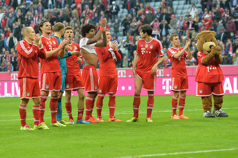 Photo - Bayern's players celebrates to supporters after the German first division Bundesliga soccer match between FC Bayern Munich and SC Freiburg in Munich, Germany, on Saturday, Feb. 15, 2014. Bayern won 4-0. (AP Photo/Kerstin Joensson)