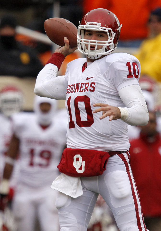 Photo - Oklahoma's Blake Bell (10) passes during the Bedlam college football game between the Oklahoma State University Cowboys (OSU) and the University of Oklahoma Sooners (OU) at Boone Pickens Stadium in Stillwater, Okla., Saturday, Dec. 7, 2013. Oklahoma won 33-24. Photo by Bryan Terry, The Oklahoman