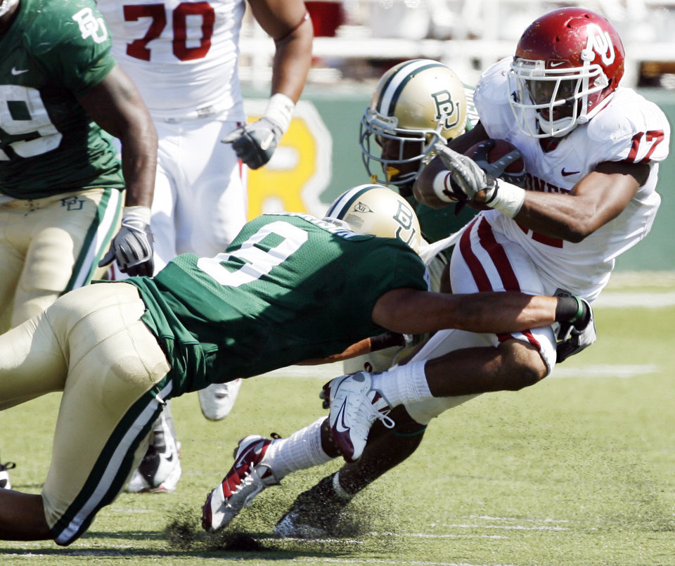 Photo - Mossis Madu runs in the second half during the college football game between Oklahoma (OU) and Baylor University at Floyd Casey Stadium in Waco, Texas, Saturday, October 4, 2008.   BY STEVE SISNEY, THE OKLAHOMAN